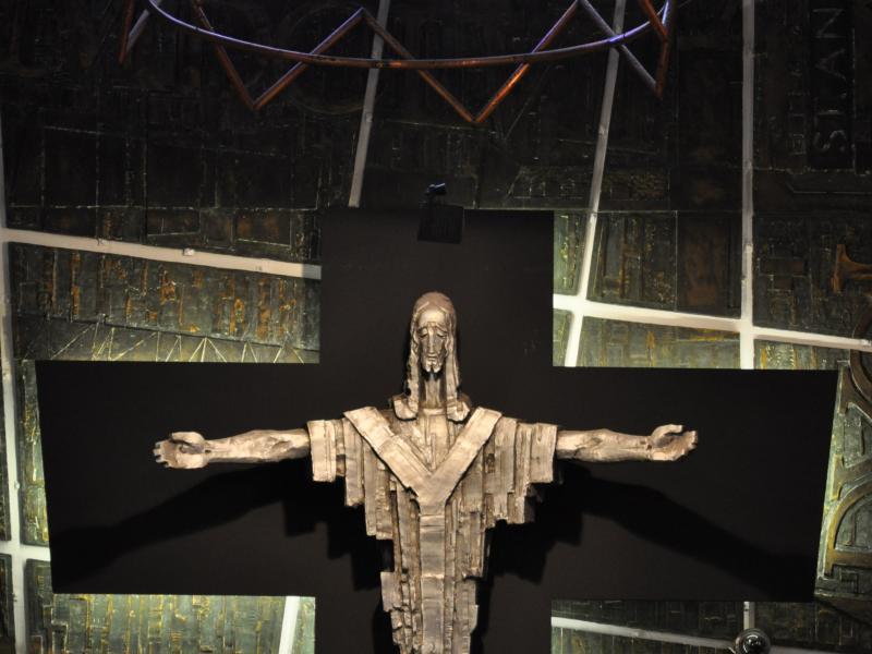 Tadeusz Zieliński, Chrystus, metal, ok. 1965, kościół św. Andrzeja Boboli, Londyn, fot., J.W. Sienkiewicz.