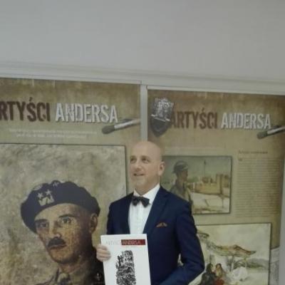 prof. Jan Wiktor Sienkiewicz podczas prelekcji otwierającej wystawę Artyści Andersa w POSK