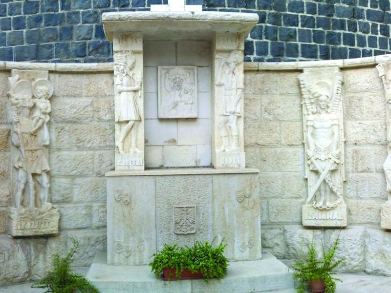 Ołtarz zbudowany przez Żołnierzy 2 Korpusu na dziedzińcu Klasztoru Św. Piotra w Tyberiadzie, 1946, fot. M. Świrski